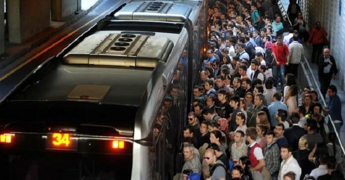 metrobuste rahat yolculuk icin  yontem metrobus yolculuk kalabalik